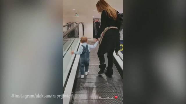 PRIJOVIĆA I FILIPOVA MAJKA NERAZDVOJNE! Pevačica snimila svekrvu u šetnji sa malim Aleksandrom!