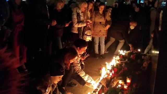NOVI SAD TUGUJE ZA SVOJIM MORNAREM: Pale sveće za Balaševica, i Gradska kuća u mraku