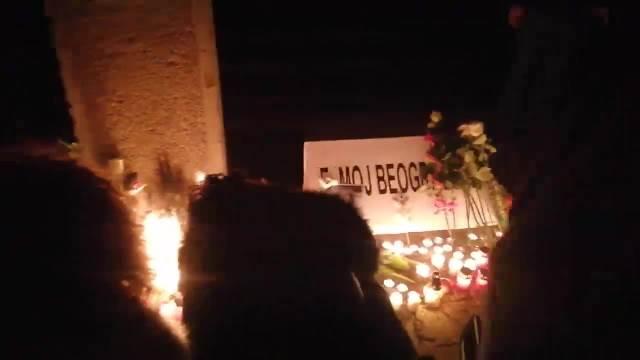 TU JE ODRŽAO JE 130 KONCERATA: Beograđani se okupili kod Sava centra, pale sveće i slušaju najveće hitove Đorđa Balaševića