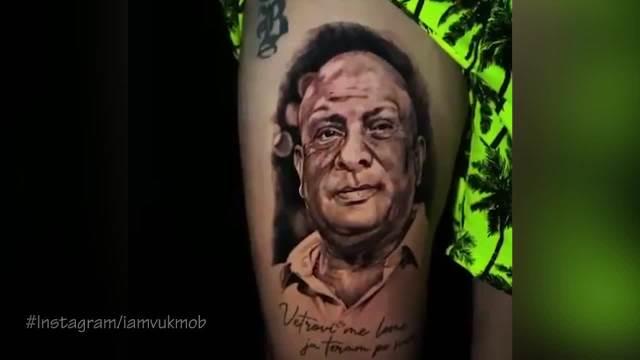 DOBRI MOJ, ZA MENE SI TI ŽIV DOK SAM JA ŽIV! Vuk Mob na butini istetovirao lik Džeja Ramadanovskog (VIDEO)