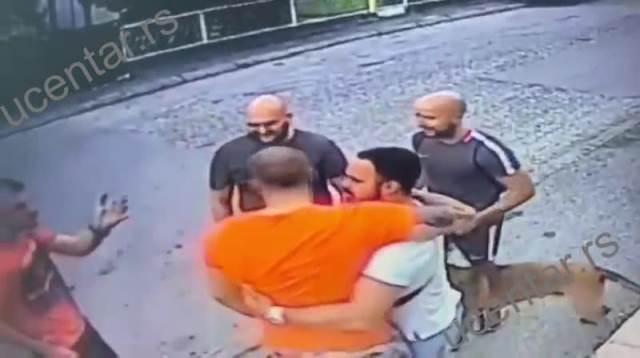 POJAVIO SE DRAMATIČAN SNIMAK TUČE SA ULICA KRAGUJEVCA: Poznata kriminalna grupa napada mladića, a on im UZVRAĆA (VIDEO)