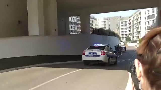 KURIR ISPRED ŠTEK-STANA NA PALILULI: Policija iz garaže izvozi automobile uhapšenog vođe Alkatraza, jedan ima i blinkere KURIR TV