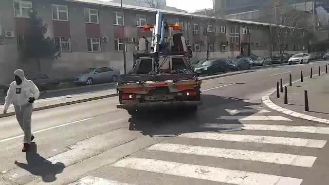 KURIR ISPRED ŠTEK-STANA NA PALILULI: Policija iz garaže izvozi automobile uhapšenog vođe Alkatraza, jedan ima i blinkere KURIR TV 1