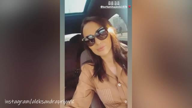 PRIJINA MAJKA IZGLEDA KAO DA JOJ JE SESTRA: Pevačica uživa sa porodicom, a Borkin TOP IZGLED nema ko nije prokomentarisao! (VIDEO)
