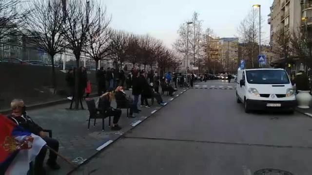 ŽURKA ZA NOVAKA: Đokovićevi navijači okupili se ispred restorana spremni za slavlje (KURIR TELEVIZIJA)