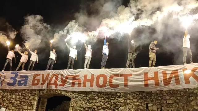 VATRENA PODRŠKA KOALICIJI ZA BUDUĆNOST NIKŠIČA:  Na zidinama bakljama pozdravili pobednike na lokalnim izborima