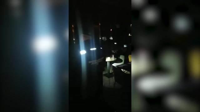 POLICAJCI MORALI KROZ STAKLO DA UPADNU NA KORONA ŽURKU: U lokalu se zaključali i ugasili svetlo, a onda je upala interventna VIDEO
