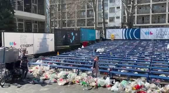 ESPRESO U STUDENTSKOM GRADU: Romi čiste smeće koje su ostavili BAHATI STUDENTI