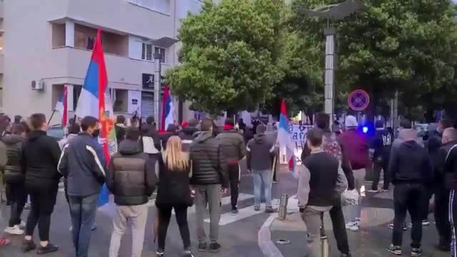 NOVI PROTESTI ISPRED VLADE CRNE GORE Protestanti poručili Krivokapiću i Bečiću: Izdali ste Kosovo i Srbiju!