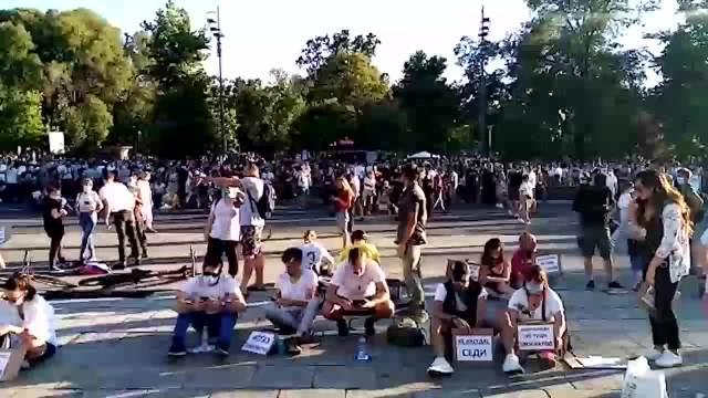DEMONSTRANTI SEDE: Mirno na protestu ispred Skupštine