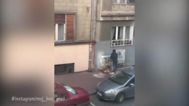 PAS JE LEŽAO A ON GA JE BEZ RAZLOGA ŠUTIRAO! Strašan snimak iz centra Beograda: Mučio psa dok je bio vezan