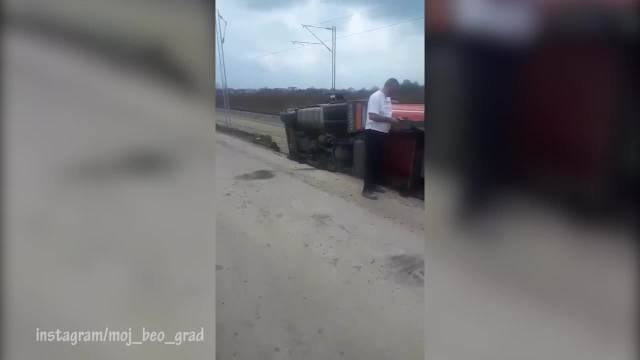Prevrnuo se kamion u Zemunu