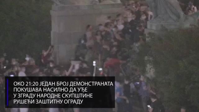 MUP OBJAVIO VIDEO: Evo šta se sve sinoć događalo ispred Skupštine (VIDEO)
