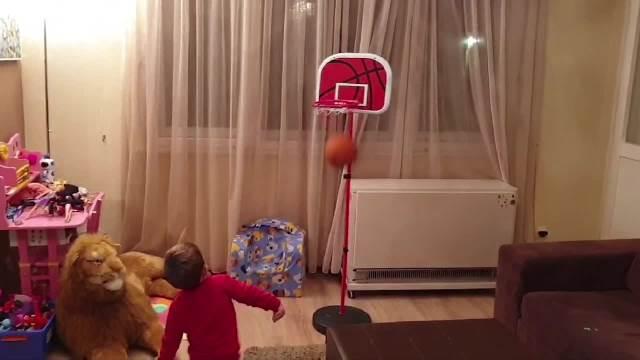 NAŠ FILIP JE SVETSKO ČUDO: Ima 3 godine, a pogledajte šta radi s košarkaškom loptom! VIDEO