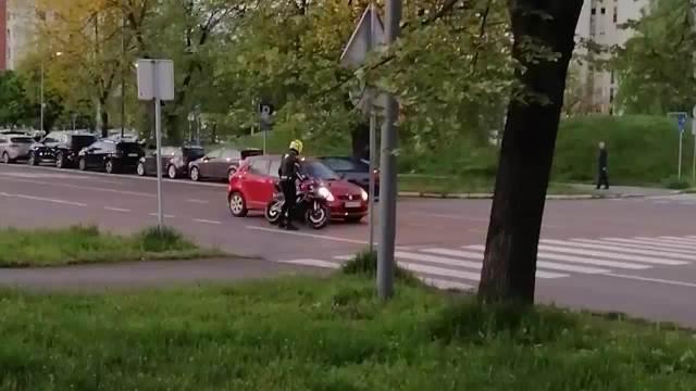 ŽESTOK SUKOB NA ULICI U NOVOM BEOGRADU Žena očitala lekciju bahatom motociklisti, on krenuo fizički da se obračuna s njom KURIR TV