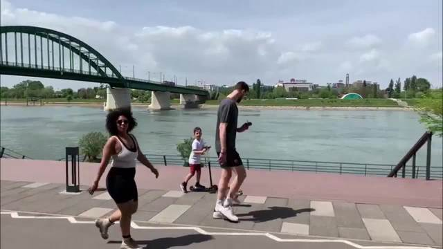 KURIR PAPARACO: Uskršnja šetnja Ognjena Kuzmića sa porodicom u Beogradu (KURIR TV)