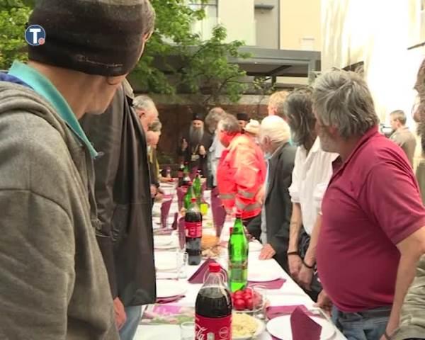 Patrijarh Porfirije na Uskrs ručao sa beskućnicima
