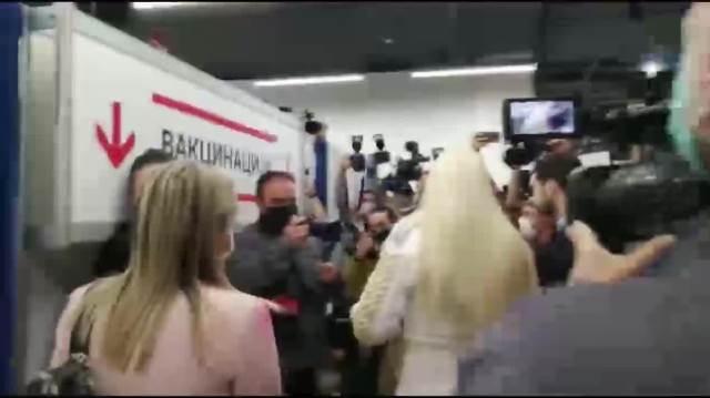 JELENA KARLEUŠA VAKCINIŠE SE U ŠOPING CENTRU: Došla sva u belom OKIĆENA ZLATOM (FOTO)