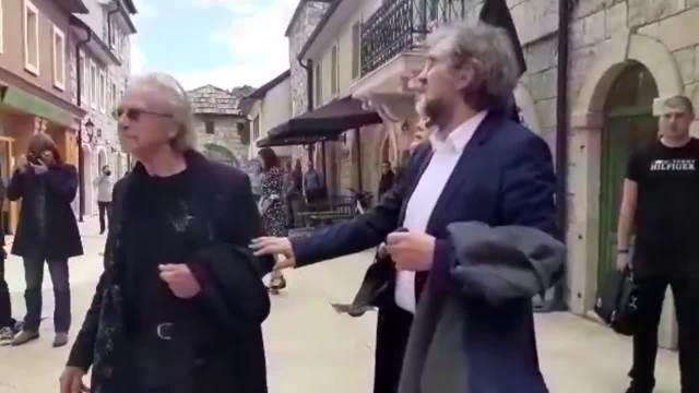 PETER HANDKE DOČEKAN U ANDRIĆGRADU UZ LEB I SO