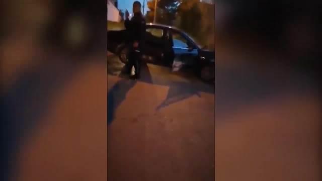 ČOVEČE DA LI SI TI NORMALAN: Bežao od patrole pa sa 140 na sat naleteo na ležećeg policajca i demolirao auto
