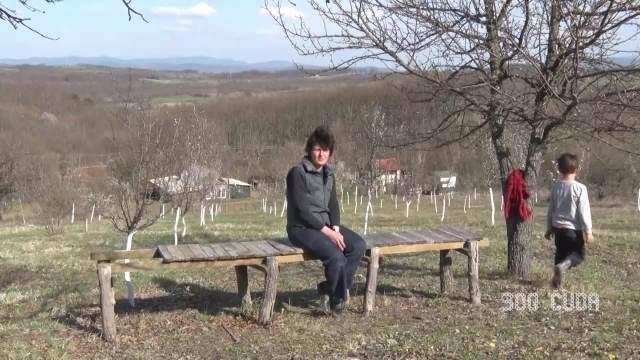 ENGLEZ I SRPKINJA POBEGLI IZ GRADA NA SELO: Na obroncima Kopaonika žive u DRVENOJ kućici, imaju poljski wc, a hranu sami proizvode