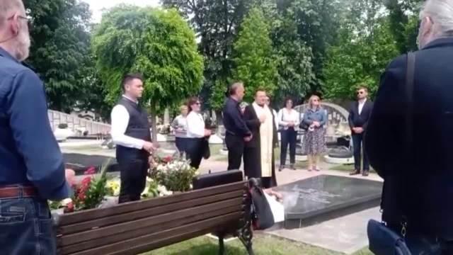 PET GODINA OD SMRTI BATE ŽIVOJINOVIĆA: Porodica dala pomen glumačkoj legendi na Novom groblju, tu je i sin Miljko