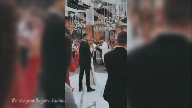 PRVI PLES MITRA I KRISTINE: Pao i POLJUBAC, okupljeni ih sa oduševljenjem gledali! Mladenci blistaju na svadbi! VIDEO