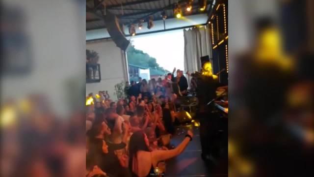 TANJA SE POSLE PORODIČNE DRAME VRATILA NA SCENU! Pevačica razvukla OSMEH, a grudi PUCAJU U KORSETU sa čipkom! (VIDEO)