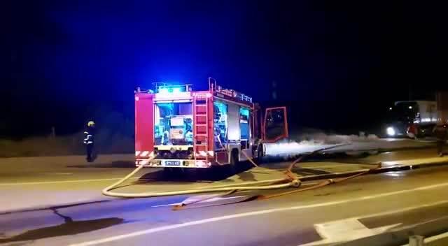 ZAPALIO SE KAMION NA NOVOM PUTU KA BORČI: Vatra buknula u sred vožnje, vozilo POTPUNO IZGORELO