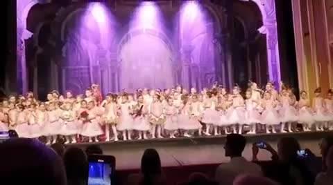 NOVAK IZ PRVOG REDA GLEDAO ĆERKU TARU: Mala princeza (3) postala balerina i oduševila sve VIDEO