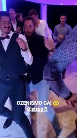 OŽENIO SE BRAT PETRA STRUGARA! Atmosfera na svadbi USIJANA, glumac pao u trans i svi govore o njegovim plesnim pokretima! (VIDEO)