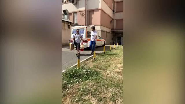 EKSKLUZIVNO: GAGI JOVANOVIĆ IZAŠAO IZ BOLNICE! Glumac vidno smršao, evo ko je došao po njega ispred Kliničkog centra (FOTO, VIDEO)