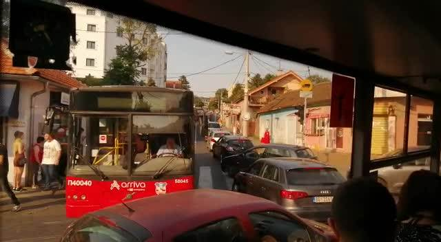 GUŽVA NA BULEVARU KRALJA ALEKSANDRA: Pokvarili se autobus i automobil i napravili haos kod Kluza (KURIR TV)