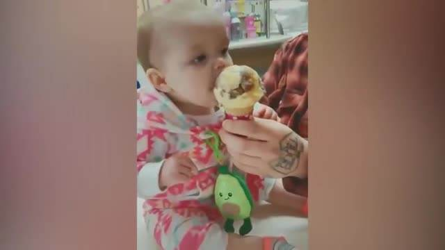 MA OVO JE PRESLATKO! Pogledajte reakciju bebe koja je prvi put probala sladoled i ne pušta ga iz svojih ručica! (VIDEO)