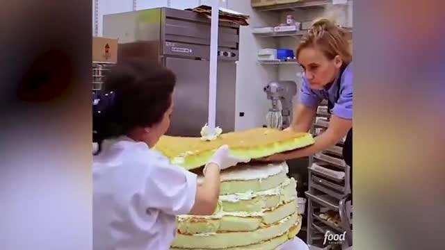 PREKRASNA BELA VENČANICA UKRAŠENA NAKITOM! Da li ste ikada videli lepšu mladenačku tortu? Otkrivamo vam kako je napravljena (VIDEO)