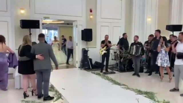 BILJANA SEČIVANOVIĆ PONOVO OBUKLA VENČANICU Pevačica napravila GALA SVADBU, stigla u KOČIJAMA u crkvu i rekla sudbonosno DA! VIDEO