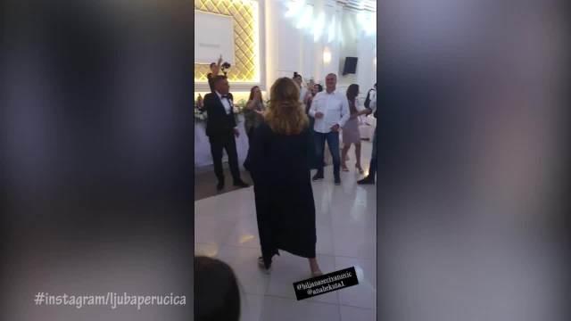 ANI BEKUTI PUNE RUKE 100 EVRA Napravila haos na svadbi Bilje Sečivanović, a svi komentarišu njenu HALJINU