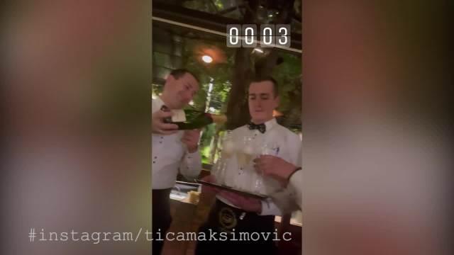 CRVENE RUŽE, BALONI I ŠAMPANJAC! Ajfonka u svom stilu proslavila 29. rođendan, a u provokativnoj haljini ZAPALILA MASU! (VIDEO)