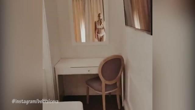 BEKVALČEVA NAPRAVILA POMETNJU SNIMKOM U BIKINIJU! Stala pred ogledalo i pokazala BRUTALNO TELO za kojim muškarci UZDIŠU! (FOTO)