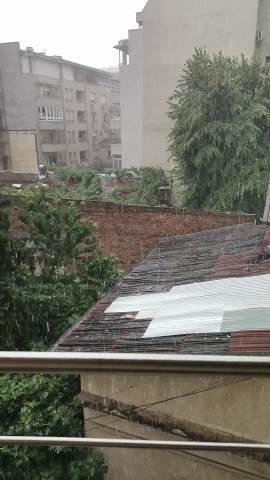MRAK SE NADVIO NAD BEOGRADOM: Snažno nevreme pogodilo prestonicu, tuče kiša, tuče i GRAD (KURIR TV) 2