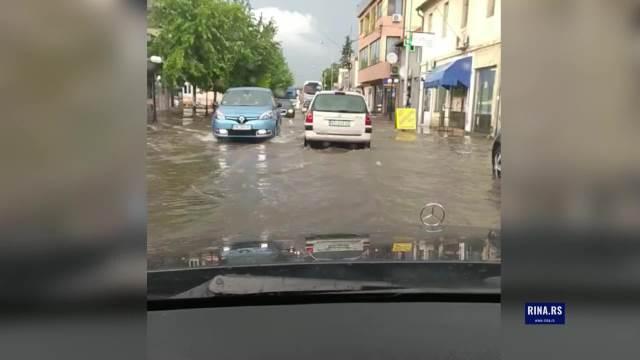 Poplave u Ćićevcu: Voda ušla u podrume kuća, potopljene i glavne gradske ulice (VIDEO)