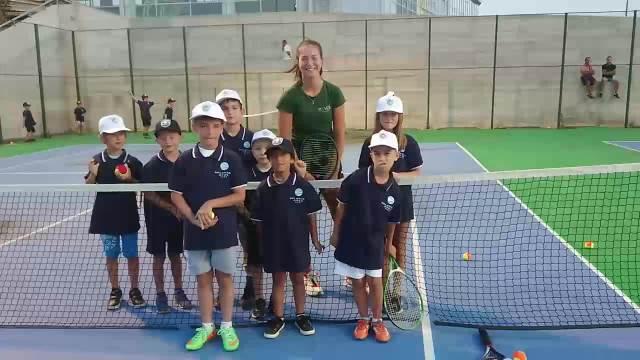 ZAJEDNO KLICALI NOVAKU: Lola Radivojević i deca igrali tenis u Gračanici i skandirali Đokoviću!