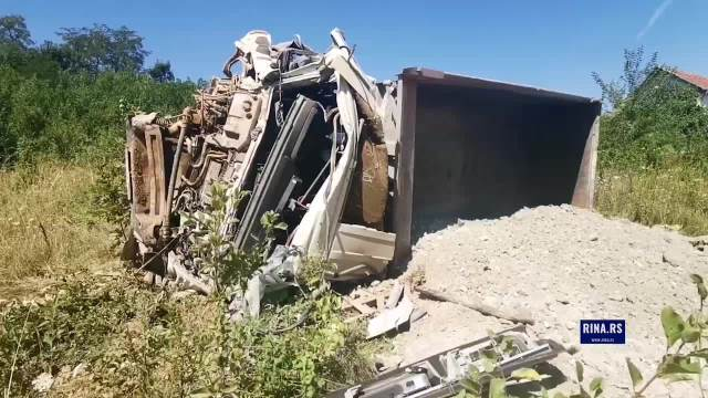 Prevrnuo se kamion pod teretom u selu kod Čačka