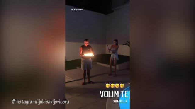 SVEĆE, BALONI, KONFETE I SOČNI POLJUPCI: Evo kako je JOVANA MISICA iznenadila KARIĆA za rođendan! Sve pršti od ROMANTIKE! (VIDEO)