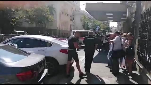 MIRKO ŠIJAN IZVEO BEBU IZ PORODILIŠTA: Sestra Bojane Rodić prati ga u stopu, mali Zoran ide kući! (FOTO)