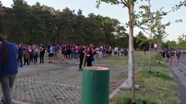 REDOVI NA BIR FESTU:  Početak programa festivala kasniće POLA SATA, na UŠĆU otkazali čitači za TESTOVE na KORONU!