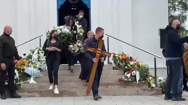 SAHRANA LANETA GUTOVIĆA: Iznošenje kovčega iz kapele