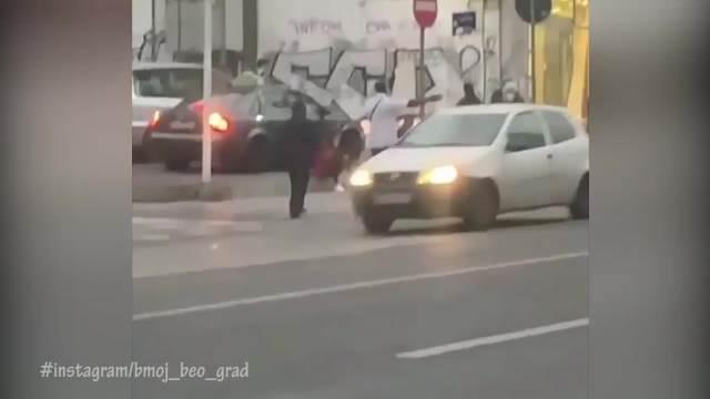 DRAMA U CENTRU BEOGRADA: dvojica vandala lomila saobraćajne znake i napadali građane, POLICIJA IH UBRZO UHAPSILA!