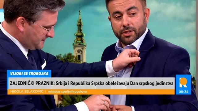 Ministar Selaković zakačio srpsku zastavu voditelju za rever
