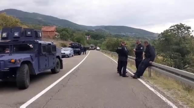 SRBI GUSLAMA UDARILI NA SPECIJALCE ROSU: Nesvakidašnja scena na Jarinju (KURIR TV)